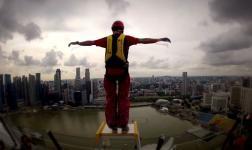 Base jump dall'hotel piscina più alto del mondo, a Singapore